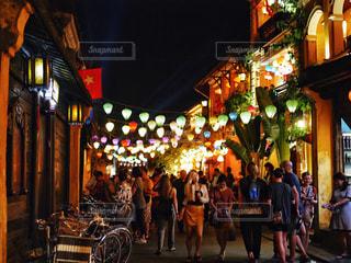 夜の街を歩いている人のグループの写真・画像素材[1600418]