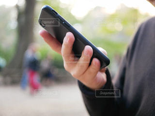 携帯電話を持つ手の写真・画像素材[1780235]