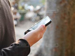 携帯電話を持つ手の写真・画像素材[1780236]