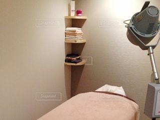 ベッドの上にあるランプの写真・画像素材[1794923]