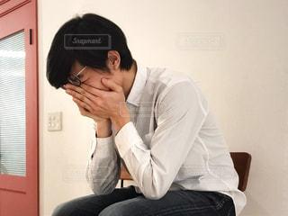 悲しむ男性の写真・画像素材[1814572]