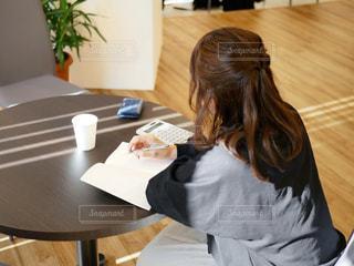 テーブルに座っている人の写真・画像素材[1831006]