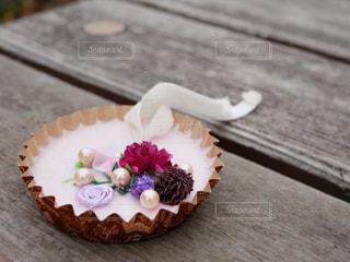 木製テーブルの上に座っているケーキの写真・画像素材[1852415]