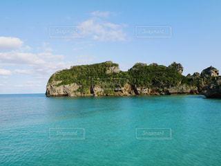 エメラルドグリーンの海の写真・画像素材[2009754]