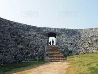 座喜味城跡を訪れる人の写真・画像素材[2022426]