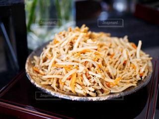 皿の上の食べ物のボウルの写真・画像素材[2178179]