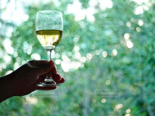 ワインを一杯持つ手の写真・画像素材[2357436]