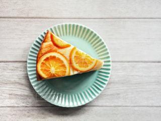 木製のテーブルの上に座っているケーキのスライスの写真・画像素材[2435573]