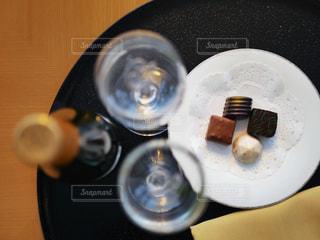 ワインとチョコでお祝いの写真・画像素材[2922647]
