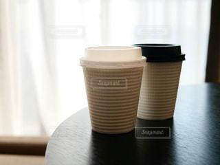 テーブルの上にコーヒーを一杯入れるの写真・画像素材[2999316]