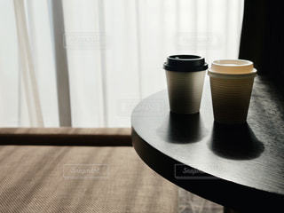 テーブルの上にコーヒーを一杯入れるの写真・画像素材[2999317]