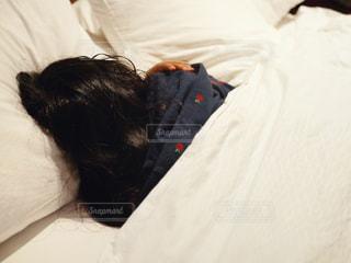 ベッドに横たわっている人の写真・画像素材[3025457]