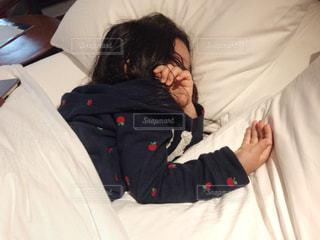 ベッドに横たわっている人の写真・画像素材[3025458]