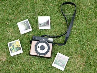 芝生で覆われた畑の上に横たわっている人の写真・画像素材[3206723]