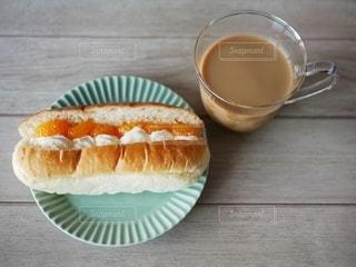 テーブルの上にコーヒーを一杯入れるの写真・画像素材[3349361]