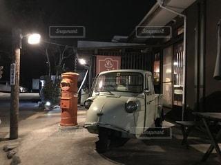 建物の側に停まっている車の写真・画像素材[1020161]