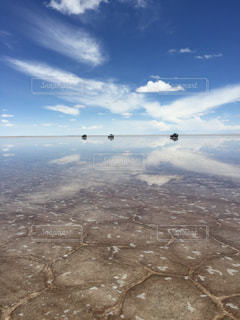 ウユニ塩湖、空、雲、車、4WD、水平線、リフレクションの写真・画像素材[649688]