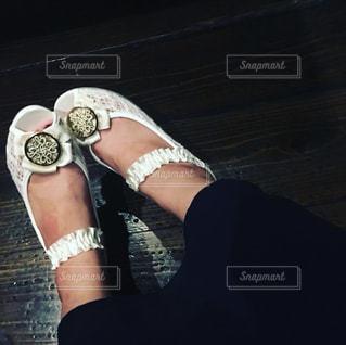 白の靴を履いている女性 - No.756473