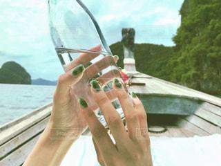 水のガラスを保持している人の写真・画像素材[1845977]