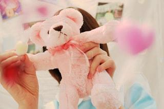 ピンクの熊のぬいぐるみを持った女性 - No.988841