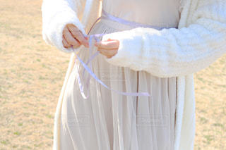 リボンを結ぶ女の子の写真・画像素材[988843]