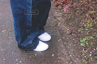 デニム、白スニーカーの女の子の足元の写真・画像素材[1828322]