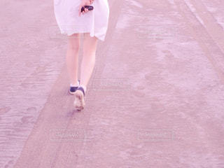 歩く女性の後ろ姿の写真・画像素材[2057820]