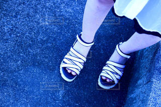白いサンダルを履いた女性の足元の写真・画像素材[2335821]