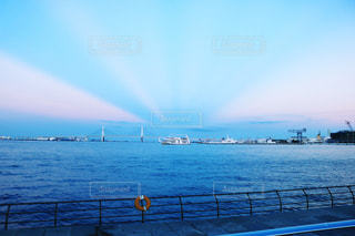 港の夕暮れ時の風景の写真・画像素材[2335823]