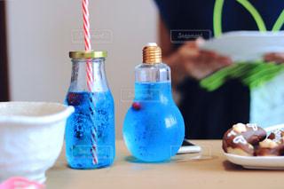 電球ボトルに入った手作りの飲み物の写真・画像素材[2438106]