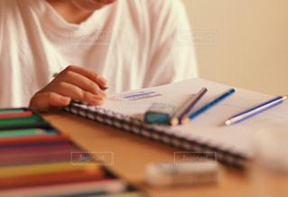 色鉛筆でイラストを描く人の写真・画像素材[3141336]