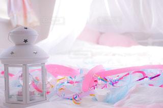 プラスチック容器に座っている赤ちゃんの写真・画像素材[965678]