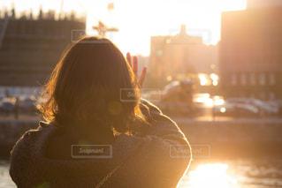 赤い髪と背景の夕日と女性の写真・画像素材[965679]
