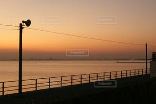 水の体の横に桟橋のビューの写真・画像素材[719866]