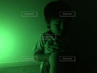 暗い部屋で若い男 - No.720804