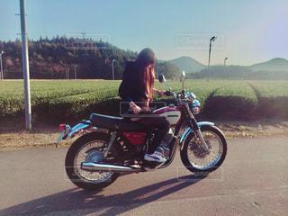 バイクに乗る女の写真・画像素材[843512]