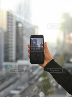 携帯電話を持つ手の写真・画像素材[899436]