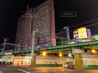 夜の新宿ガード下交差点の写真・画像素材[1885764]
