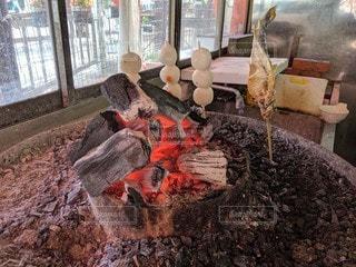 魚とだんごの炭火焼きの写真・画像素材[2403054]