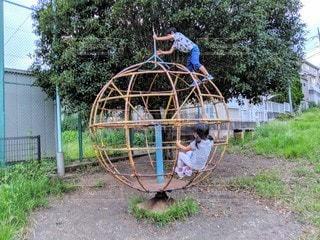 公園の遊具で遊ぶ子供(兄妹)の写真・画像素材[2431480]