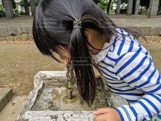 公園の水道水を飲む女の子の写真・画像素材[2593166]