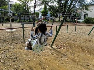 公園のブランコで遊ぶ女の子の写真・画像素材[2593184]
