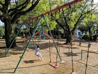公園のブランコで遊ぶ女の子の写真・画像素材[2720222]