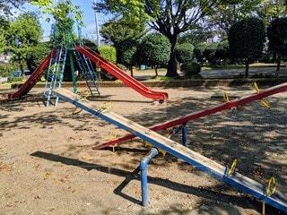 公園のシーソーと滑り台の写真・画像素材[2720221]