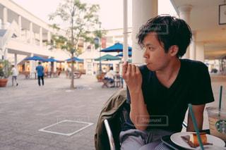 テーブルに座っている若い男の子の写真・画像素材[2708327]