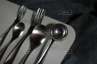 ナイフとフォークを入れた銀のスプーンの写真・画像素材[3027147]