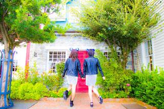 男と女の歩道上に立っての写真・画像素材[811952]