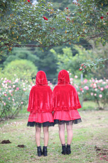 赤い傘を持っている人の写真・画像素材[811953]