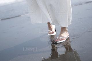波打ち際にいる白いワンピースの女の子の写真・画像素材[3187569]