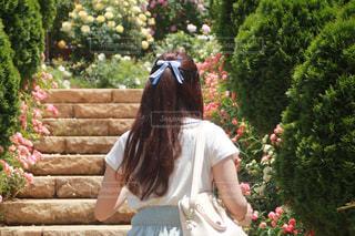 庭に立っている女性 - No.813354